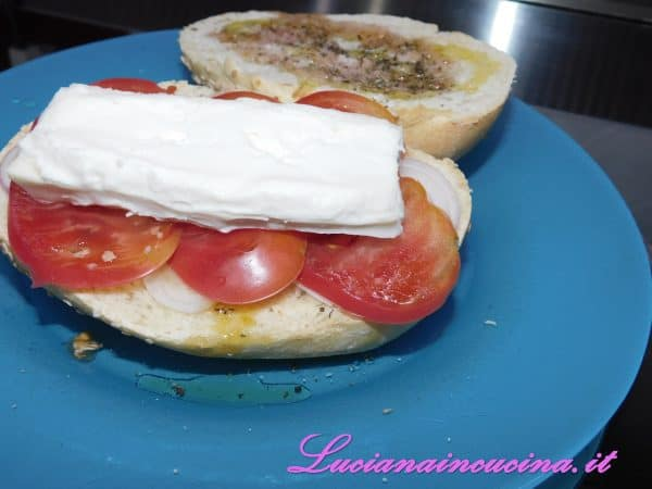 Ed infine il formaggio.  Io ho usato il Taleggio, ma vanno benissimo tutti i formaggi simili oppure le formaggelle o anche la Fontina.