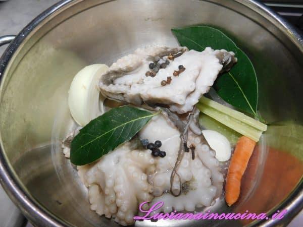 Pulire i polipetti e metterli in pentola a pressione con sedano, carota, cipolla, aceto, vino, ginepro, grani di pepe, chiodi di garofano, zenzero a pezzetti e 2 foglie di alloro.