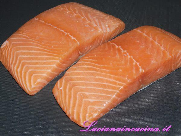Dopo aver abbattuto i filetti di salmone, prepariamoli per accogliere i sapori.