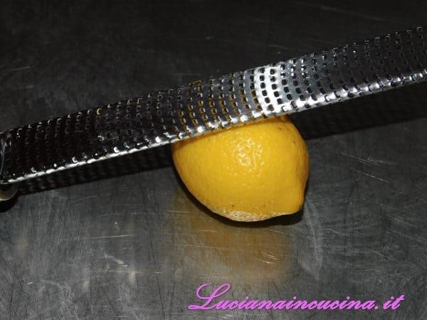 Aggiungere una grattugiata di scorza di limone.