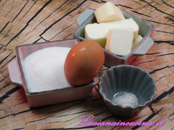 Aggiungere poi il sale e l'uovo continuando a montare.