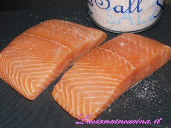 Io ho usato il sale rosa dell'Himalaya, mentre nella ricetta Cole consiglia di utilizzare il sale Kosher (in Usa si utilizza moltissimo, per via della sua struttura che lo fa aderire meglio alle carni ed ai pesci e del fatto che per questo estrae meglio i succhi dai cibi).