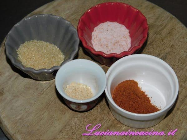 Nel frattempo preparo le spezie che mi serviranno per insaporire i filetti: il sale, lo zucchero di canna, la paprika e la senape.