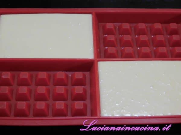 Versare il composto negli appositi stampi per waffles.