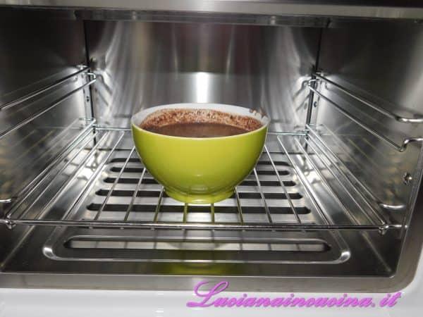 Mettere tutto a raffreddare nell'abbattitore oppure in frigorifero almeno un'ora prima di passare alla gelatiera.