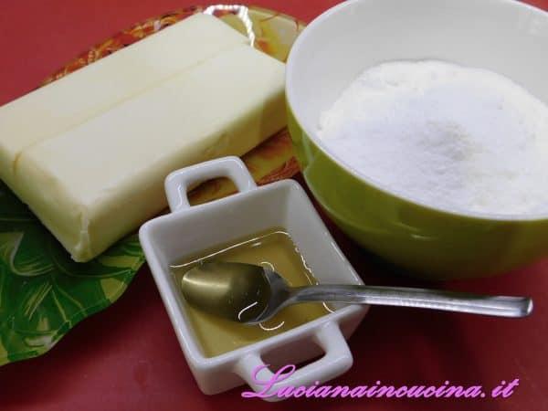 Inserire nel mixer il burro, lo zucchero a velo ed il miele e montare bene gli ingredienti.