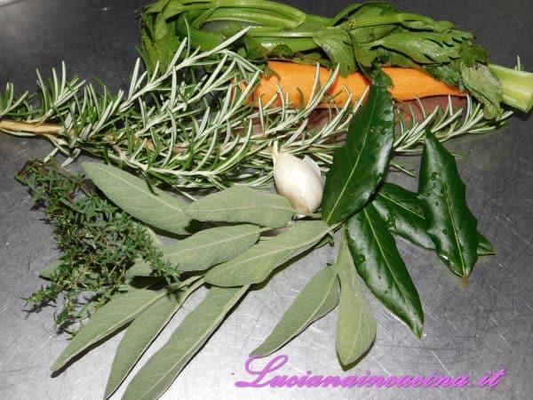 Preparare un mirepoix con le erbe aromatiche.