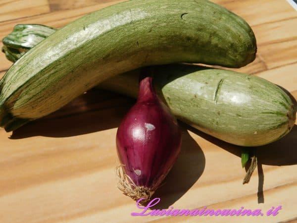 Pulire le zucchine e affettare la cipolla.