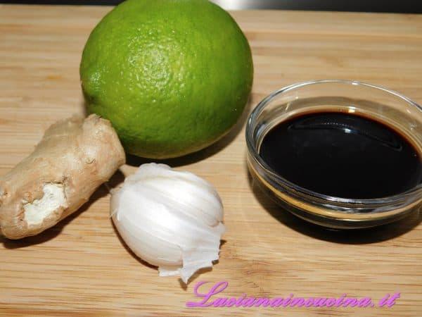 Preparare olio, aglio, zenzero, lime e salsa di soia.