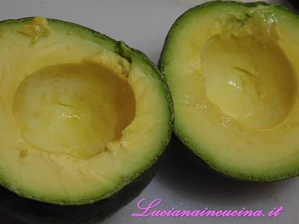 Tagliarlo a metà, eliminare il nocciolo e bagnare con il succo di lime.