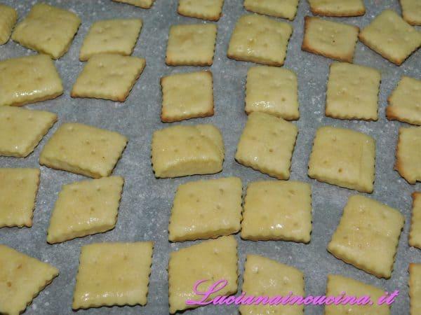 Una volta estratti dal forno spennellarli con il burro sciolto e spolverizzarli con un pizzico di sale.