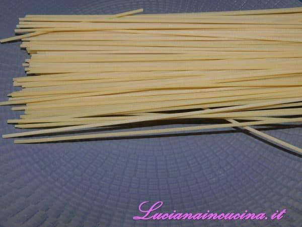 Cuocere gli spaghetti al dente in abbondate acqua salata.