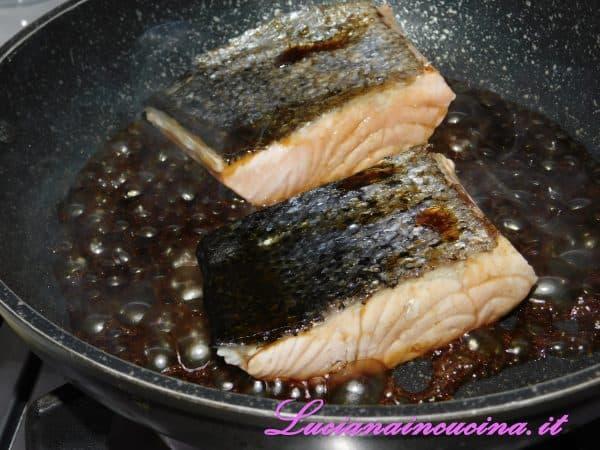 Infine versiamo la salsa Teriyaki sopra il salmone ed insaporiamo per qualche istante.