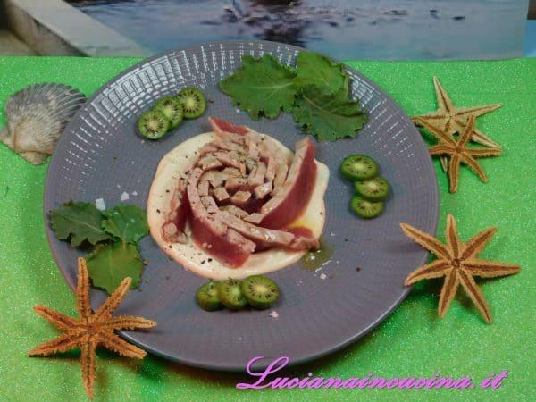 Mettere la salsa tonnata a specchio nel piatto, adagiare la rosa di tonno sopra la salsa, insaporire con una macinata di pepe di Sichuan, del Sale di Cipro in fiocchi ed un filo d'olio extravergine d'oliva.