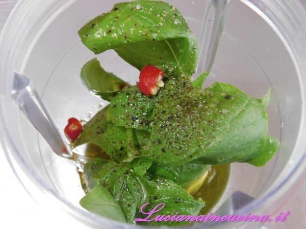 Frullarlo con l'olio, il sale, il pepe ed il peperoncino per ottenere l'emulsione che sarà il condimento finale.