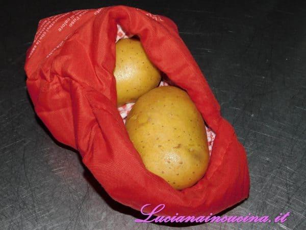 Bollire le patate oppure, come faccio io, inserirle nel sacchetto cuoci patate per il microonde (se vi interessa, in fondo alla ricetta vi dico di più).