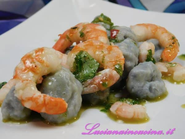 Adagiarli sul piatto insieme ai gamberi e condire con l'emulsione di basilico.