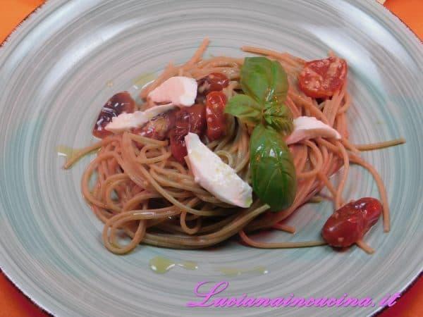 Spaghetti integrali con pomodorini mozzarella e colatura di alici