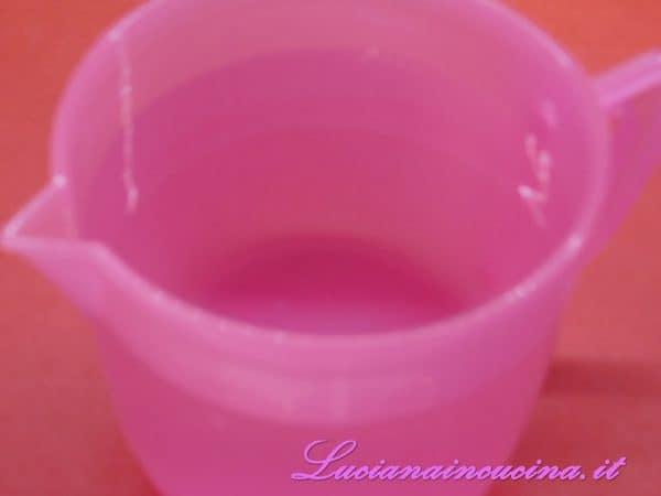 Preparare l'acqua necessaria alla produzione della bevanda concentrata.