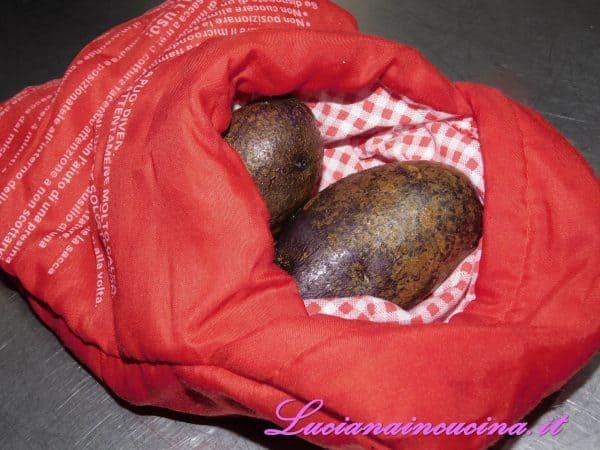 Cuocerle nell'apposito sacchetto per il microonde (ved. note in fondo alla ricetta) per 3 minuti per lato oppure lessarle in acqua bollente.