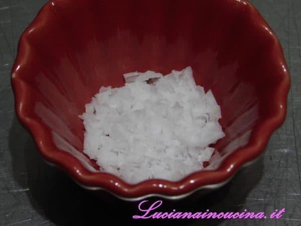 Aggiungere qualche fiocco di sale Maldon.