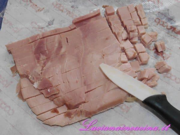 Tagliare la fetta di prosciutto cotto a dadini.