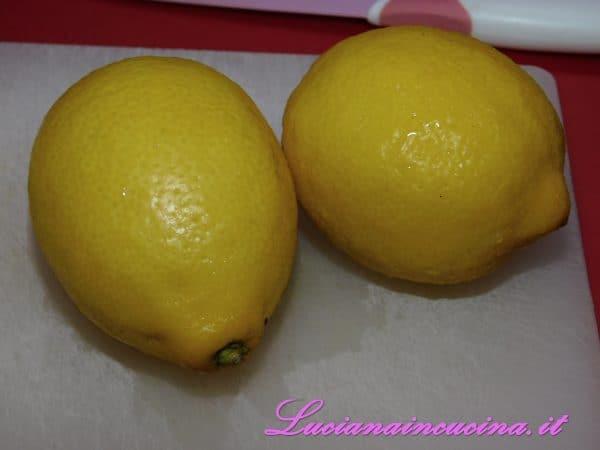 Prendere due limoni biologici, lavarli ed asciugarli.