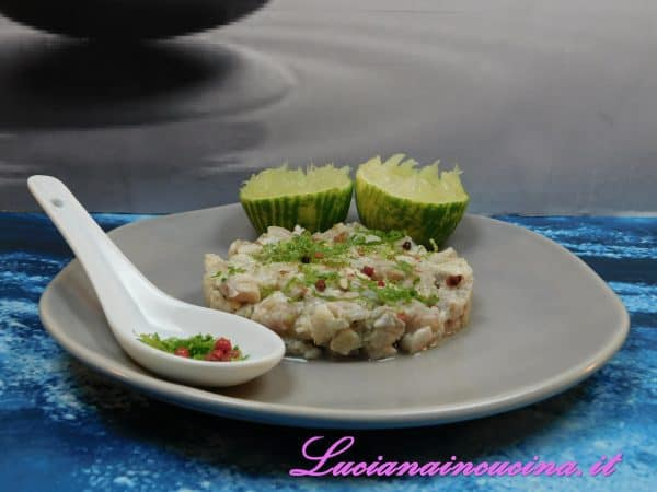 Servire con la buccia di lime grattugiata,  qualche grano di pepe rosa schiacciato ed un filo d'olio extravergine d'oliva.