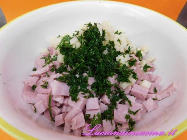 Aggiungere anche il prezzemolo tritato, il sale ed il pepe.