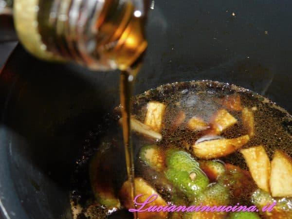 Versarne qualche cucchiaio e lasciar cuocere qualche minuto per far ridurre un pò la salsina.