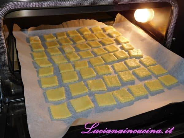 Infornarli a 200°C e cuocerli per circa 10 minuti.