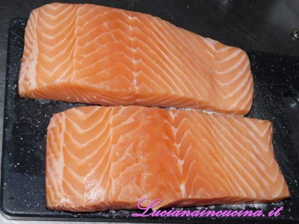 Pulire i filetti di salmone e privarli delle eventuali lische.