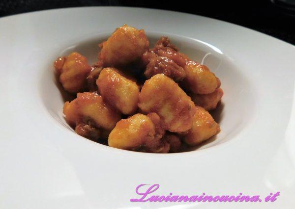 Gnocchi senza patate al sugo di salsiccia