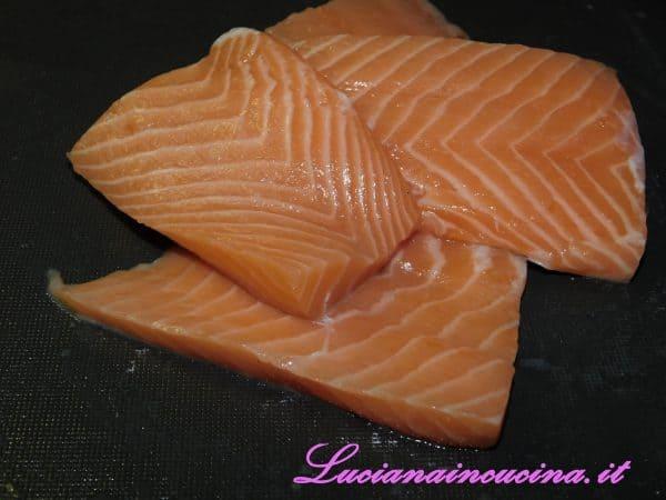 Prendere i filetti di salmone puliti e diliscati.