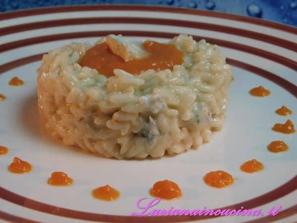 Inserire in un coppapasta il risotto versando al centro un pò di crema di zucca tenuta da parte ed un pezzettino di Gorgonzola.