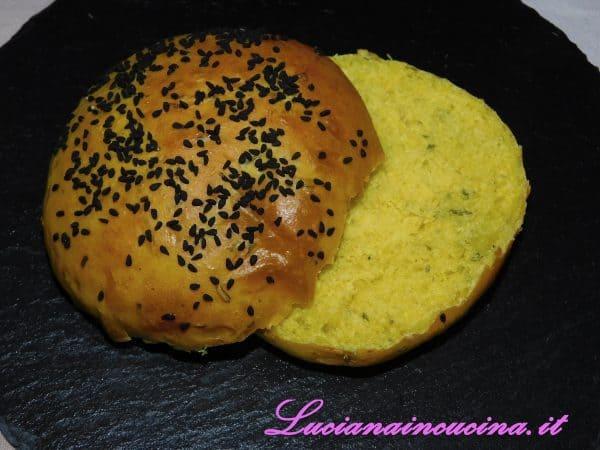 Tagliare il panino in due parti.
