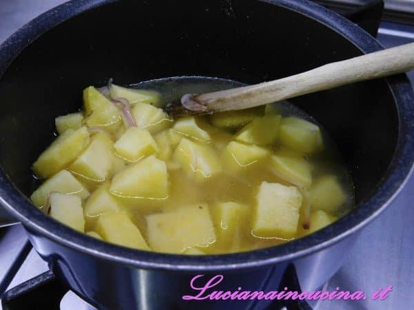 Aggiungere le patate a dadini, diluire con il brodo e cuocere 20 minuti.