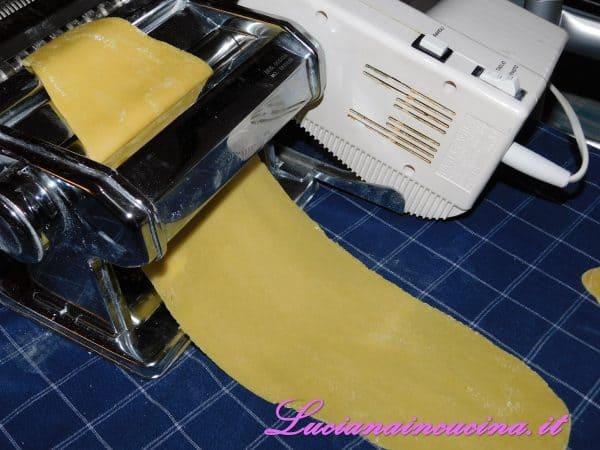 Preparare la pasta tipo lasagne, non troppo sottile.