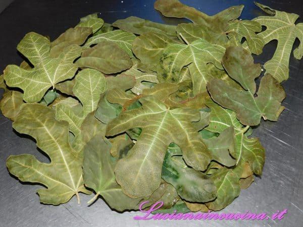 Pulire anche le foglie di fico e prepararle per la cottura.
