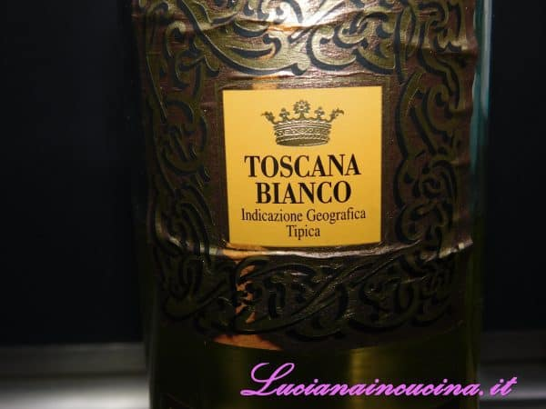 Ora aggiungere il mezzo bicchiere di vino bianco che andrà fatto sfumare.