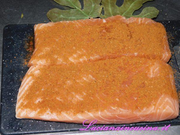 Distribuirla sui filetti di salmone adagiati su un letto di foglie di fico con un leggero massaggio.