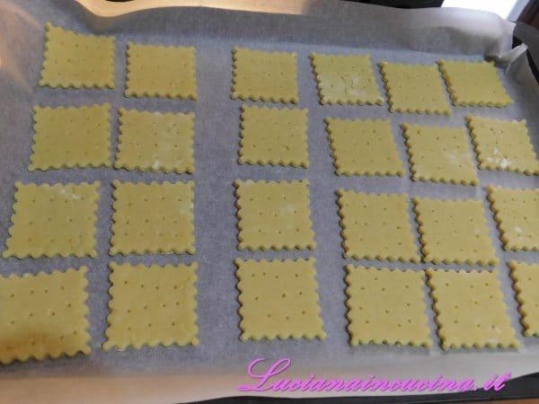 Coppare i biscottini con una formina a scelta e poi adagiarli in una teglia ricoperta di carta forno, quindi bucherellarli con uno stuzzicadenti.