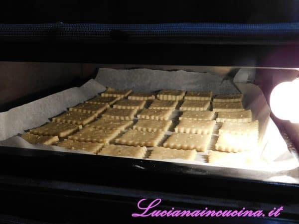 Cuocerli in forno a 180°C per 12 minuti.    Saranno necessarie diverse infornate con questo quantitativo di impasto, eventualmente dimezzare le dosi.