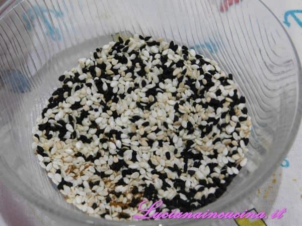 In una ciotolina mischiare i semi di sesamo nero e quello bianco.