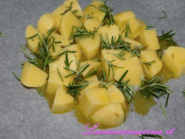 Nel frattempo preparare le patate al forno con sale e rosmarino, spruzzandole di vino bianco a metà cottura.