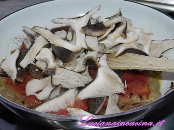 Dopo due minuti aggiungere i funghi tagliati a fette e cuocere ancora per 5 minuti.