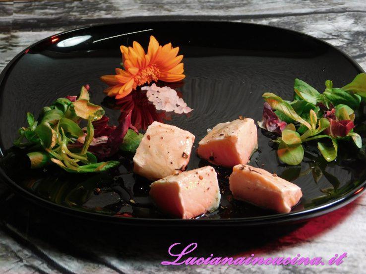 piastra di sale rosa con cubetti di salmone