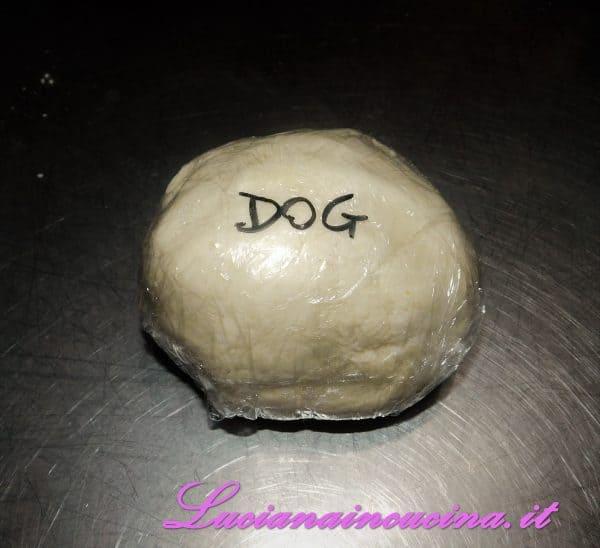 Impastare tutti gli ingredienti, formare una palla ed avvolgerla in pellicola per alimenti.