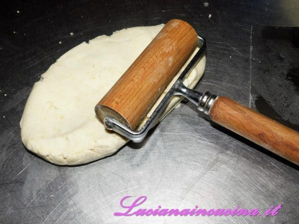 Dopo circa 30 minuti di frigorifero, stendere l'impasto con il matterello.