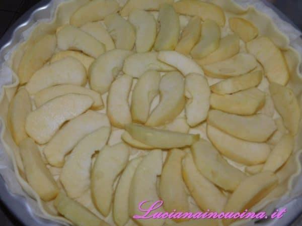 Appoggiare gli spicchi di mele sulla pasta sfoglia, sovrapponendole leggermente,  creando un disegno a piacere.